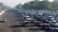 Ribuan kendaraan antre didepan pintu Tol Ciawi. (Liputan6.com/Bima Firmansyah)