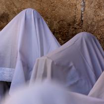 Umat Yahudi memanjatkan doa saat memperingati Hari Raya Sukkot di Tembok Barat, Kota Tua Yerusalem, 22 September 2021. Sukkot adalah hari raya untuk memperingati eksodus bangsa Israel dari Mesir sekitar 3200 tahun yang lalu. (Emmanuel DUNAND/AFP)