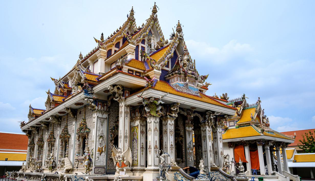 Suasana Kuil Buddha Wat Pariwat atau Kuil David Beckham di Bangkok, Thailand, Selasa (14/7/2020). Kuil David Beckham dihiasi dengan patung-patung superhero, karakter komik, makhluk mitos dan imajiner, serta tokoh dunia. (Mladen ANTONOV/AFP)