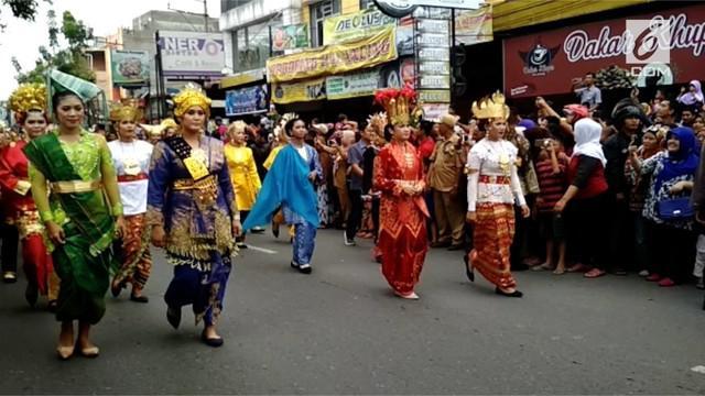 Dalam kirab resepsi Kahiyang-Bobby terlihat banyak anggota TNI Polri yang memakai busana adat dari banyak daerah di Indonesia.