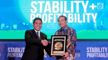 Direktur Utama BRI Suprajarto (kanan) menerima penghargaan dariKomisaris Utama PT Jurnalindo Aksara Grafika pada Bisnis Indonesia Award 2019 di Jakarta, Jumat (12/7/2019). Bank BRI mendapatkan penghargaan sebagai Bank Persero Terbaik dan CEO of The Year 2019. (Liputan6/com/HO/Rizki)