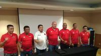 CEO PSM Makassar, Munafri Arifuddin (putih) dalam perkenalan tim pelatih PSM yang dipimpin Bojan Hodak di Hotel Aryaduta Makassar, Senin (6/1/2020). (Bola.com/Abdi Satria)