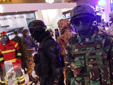 Pakaian militer dipajang saat pameran Indo Defence 2016 Expo & Forum di JIExpo Kemayoran, Jakarta, Rabu (2/11). Sebanyak 844 peserta dari 45 negara mengikuti pameran dua tahunan ini. (Liputan6.com/Faizal Fanani)