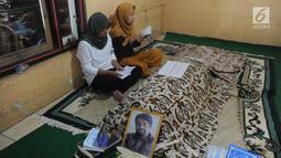 Keluarga berdoa di samping mendiang terpidana mati kasus penyelundupan narkoba Zulfikar Ali  di Desa Ciangka, Ciampe, Bogor (2/6).  Zulfikar Ali  meninggal  pada Kamis (31/6) akibat  komplikasi beberapa penyakit yang dideritanya. (Merdeka.com/Arie Basuki)