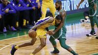 Pemain Los Angeles Lakers, Brandon Ingram mencoba melewati adangan pemain Boston Celtics, Marcus Morris pada laga NBA basketball game di TD Garden, Boston, (8/11/2017). Celtics menang 107-96.  (AP/Winslow Townson)