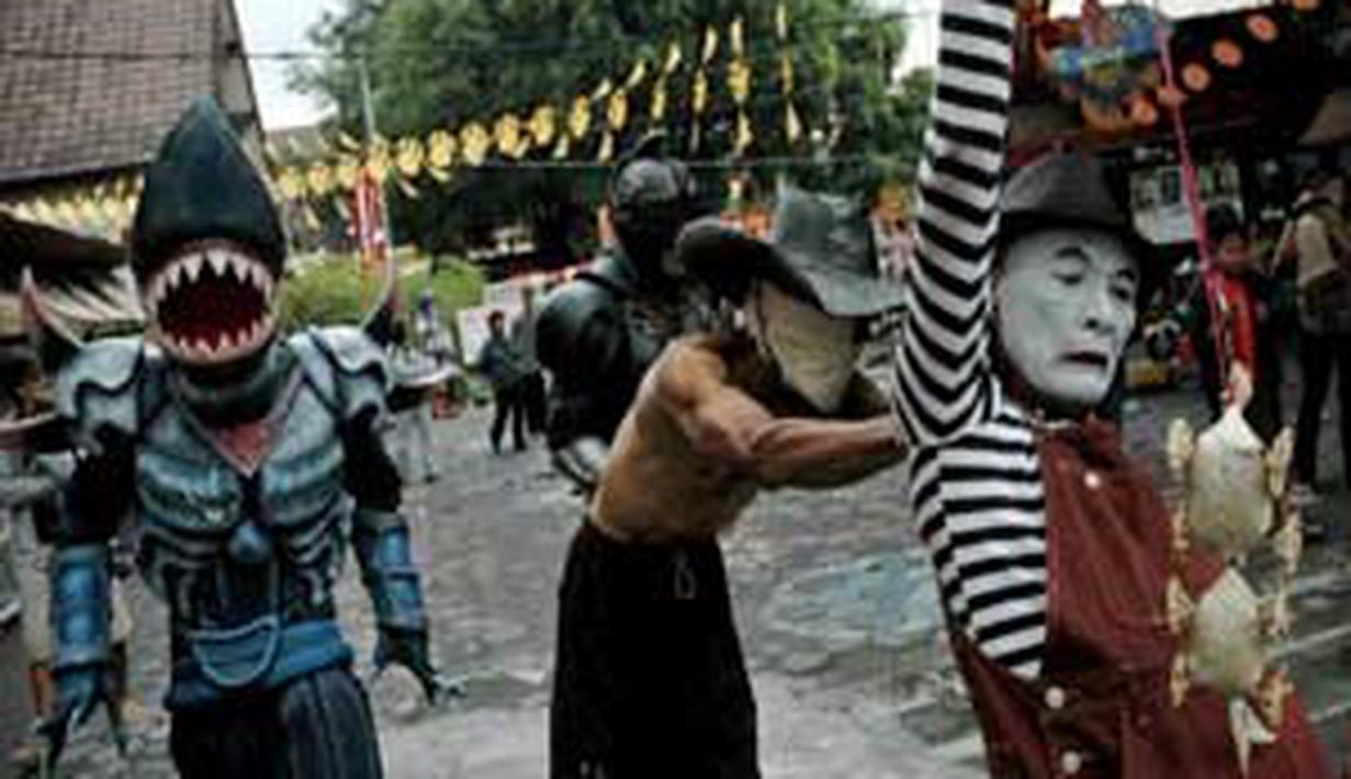 Pemain pantomim, Jemek Supardi (kanan) dan seniman, Winnachto (2 kanan) unjuk kebolehan saat performance art di halaman Taman Budaya Yogyakarta. (Antara)
