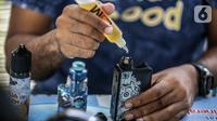 Seorang pria meneteskan cairan vape atau rokok elektronik di kawasan Bundaran HI, Jakarta, Selasa (12/11/2019). Pemerintah melalui BPOM mengusulkan pelarangan penggunaan rokok elektrik dan vape di Indonesia, salah satu usulannya melalui revisi PP Nomor 109 Tahun 2012. (Liputan6.com/Faizal Fanani)