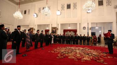 Presiden Joko Widodo saat memimpin acara pelantikan di Istana Negara, Jakarta, Rabu (27/7). Jokowi melantik menteri baru kebinet kerja. Ada 13 pos kementerian/lembaga yang dirombak, sembilan di antaranya diisi wajah baru. (Liputan6.com/Faizal Fanani)