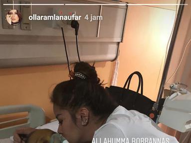 Kabar duka itu terlihat dari instagram story Olla Ramlan serta adiknya. Dalam foto yang diunggah delapan jam lalu, Olla terlihat memegang tangah ayahnya. (Instagram)