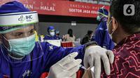 Petugas medis menyuntikkan vaksin COVID-19 kepada pelaku sektor jasa keuangan di Lapangan Tennis Indoor Senayan, Jakarta, Rabu (16/6/2021). Vaksinasi ini dilakukan untuk mempercepat vaksinasi, sehingga membentuk kekebalan komunal di masyarakat. (Liputan6.com/Faizal Fanani)