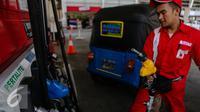 Suasana pengisian BBM di salah satu SPBU di Jakarta, Rabu (22/7/2015). PT Pertamina (Persero) akan menjual produk bensin baru yakni Pertalite RON 90 pertama kali pada Jumat (24/7). (Liputan6.com/Faizal Fanani)