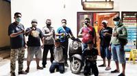 Dua pelaku tindak pidana pencurian sepeda motor dan barang bukti hasil curian saat diamankan di Mapolsek Kelapa Lima. (Foto Istimewah)
