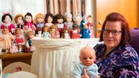 "Seorang ibu yang yang patah hati, ""mengabadikan"" anaknya yang meninggal dengan membeli boneka bayi yang mirip anaknya tersebut ketika masih bayi. (Foto Mirror)"