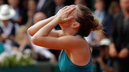 Petenis Rumania, Simona Halep merayakan kemenangannya atas Sloane Stephens dari AS pada babak final Prancis Terbuka 2018 di stadion Roland Garros, Sabtu (9/6). Halep sukses menyabet gelar Grand Slam perdana sepanjang kariernya. (AP/Alessandra Tarantino)