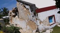 Tembok gereja Sta Maria de Mayan yang rusak setelah gempa kembar berkekuatan magnitudo 5,4 dan 5,9 di Itbayat on Pulau Batanes, Filipina (27/7/2019). Delapan orang tewas dan belasan lainnya cedera akibat gempa kembar tersebut. (AFP Photo/Dominic De Sagon Asa)