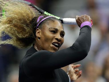 Petenis Amerika Serikat, Serena Williams mengembalikan bola ke arah petenis Ukraina, Elina Svitolina pada babak semifinal AS Terbuka 2019 di USTA Billie Jean King National Tennis Center, Rabu (5/9/2019). Serena melangkah ke final setelah mengalahkan Svitolina 6-3 dan 61. (AP/Adam Hunger)