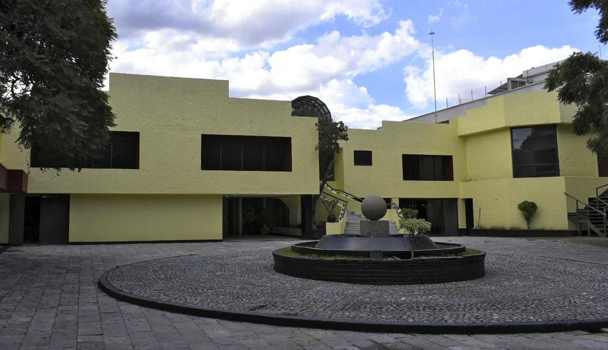 """Pemandangan rumah milik pengedar narkoba Meksiko Amado Carrillo Fuentes alias """"El Senor de los Cielos"""" di kotamadya Alvaro Obregon, di Mexico City, pada 14 September 2021. Rumah bernilai sekitar 3,8 juta dolar AS itu menjadi hadiah dalam undian besar Lotre Nasional Meksiko. (Xavier MARTINEZ/AFP)"""