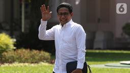 Ketua DPRD Jawa Timur fraksi PKB Abdul Halim Iskandar menyapa awak media saat tiba di Istana Kepresidenan, Jakarta, Selasa (22/10/2019). Kedatangan Abdul Halim Iskandar  menyusul sejumlah tokoh yang sebelumnya datang ke Istana terkait penetapan Calon Menteri Kabinet Kerja Jilid 2.  (Liputan6.com/Ang
