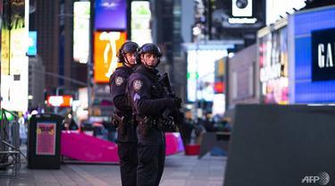 Petugas polisi berjaga setelah dua wanita dan seorang gadis berusia empat tahun terluka oleh tembakan senjata di Times Square, New York pada 8 Mei 2021.