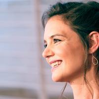 Senyum Katie Holmes di pemutaran miniseri The Kennedys - After Camelot di Paley Center for Media, Beverly Hills, California (15/3). Miniseri drama televisi ini akan terdiri dari empat episode. (Frazer Harrison/Getty Images/AFP)