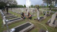 Personel TNI saat membersihkan Taman Makam Pahlawan Kalibata di Jakarta, Kamis (9/11). Pembersihan tersebut dilakukan guna menyambut Hari Pahlawan yang diperingati setiap 10 November. (Liputan6.com/Immanuel Antonius)