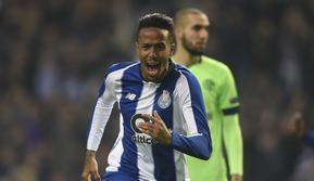 3. Eder Militao - Bek tengah dari FC Porto yang tampil brilian sepanjang musim. Masih berusia 20 tahun ia dipatok harga 45 juta euro. (AFP/Miguel Riopa)