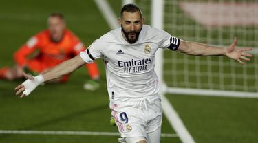 Penyerang Real Madrid, Karim Benzema berselebrasi setelah mencetak gol ke gawang Barcelona pada pekan ke-30 Liga Spanyol di Estadio Alfredo Di Stefano, Minggu dinihari WIB (11/4/2021). Real Madrid kembali sukses taklukkan rival abadinya Barcelona 2-1. (AP Photo/Manu Fernandez)