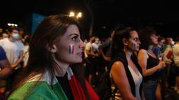 Paras mereka yang cantik menyerupai WAGs tak membuat mereka risih berbaur dengan suporter yang kebanyakan pria saat menonton pertandingan Grup A Euro 2020 antara Italia melawan Turki dari luar Stadion.  (Foto: AP/Riccardo De Luca)