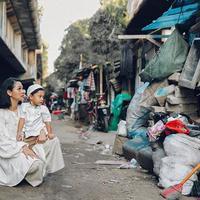 Andien Aisyah di kawasan kolong Jembatan Tiga, Penjaringan, Jakarta Utara. (dok. Instagram @andienaisyah/https://www.instagram.com/p/BySL8P0n4U3/Dinny Mutiah)