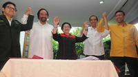 Senin (19/5/14), empat ketua umum partai koalisi pendukung Jokowi meneken kesepakatan koalisi dengan PDIP di kediaman Megawati Soekarnoputri, Menteng, Jakarta. (Liputan6.com/Herman Zakharia)
