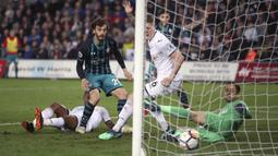 Pemain Southampton, Manolo Gabbiadini (2kiri)  saat mencetak gol ke gawang Swansea City pada lanjutan Premier League di Liberty Stadium, Swansea, (8/5/2018). Swasea City kalah dari Soton 0-1. (Nick Potts/PA via AP)