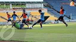 Para pemain Timnas Indonesia U23 tampak berusaha melewati memasukkan bola ke dalam gawang (Liputan6.com/Helmi Fithriansyah)