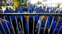 Para buruh Goodyear di Venezuela saat mengetahui bahwa perusahaan ban itu tutup usaha pada 10 Desember 2018 (Carlos Hernandez / AP PHOTO)