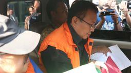 Plt Sekda Dinas DPPKAD Kabupaten Kudus, Akhmad Sofyan masuk mobil tahanan usai pemeriksaan terkait dugaan suap pengisian jabatan perangkat daerah di Pemkab Kudus, Gedung KPK, Jakarta, Sabtu (27/7/2019). KPK juga menetapkan Bupati Kudus, M Tamzil sebagai tersangka. (Liputan6.com/Helmi Fithriansyah)