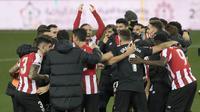 Para pemain Athletic Bilbao merayakan kemenangan 2-1 atas Real Madrid usai berakhirnya laga semifinal Piala Super Spanyol 2020/21 di La Rosaleda Stadium, Malaga, Kamis (14/1/2021). Athletic Bilbao lolos ke final dan akan menghadapi Barcelona. (AFP/Jorge Guerrero)
