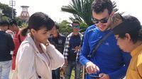 Tanpa disengaja, Awkarin bisa menyaksikan fenomena Gerhana Matahari Cincin sempurna di Tanjung Pinang. (Liputan6.com/Ajang Nurdin)