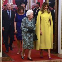 Melania Trump saat bertemu Ratu Elizabeth II di Istana Buckingham, London, Inggris. (GEOFF PUGH / POOL / AFP)