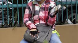 Penjual jasa penukaran uang menawarkan uang baru dalam berbagai pecahan di kawasan Pondok Indah, Jakarta, Kamis (6/5/2021). Uang baru dalam berbagai pecahan banyak dibutuhkan saat Lebaran untuk dibagikan kepada anak sanak-saudara saat silaturahmi. (Liputan6.com/Johan Tallo)