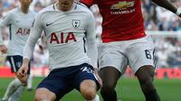 Gelandang Manchester Untied, Paul Pogba berusaha merebut bola yang dibawa Christian Eriksen saat bertanding pada semifinal Piala FA di stadion Wembley di London, (21/4). MU menang atas Tottenham 2-1. (AP Photo/Kirsty Wigglesworth)