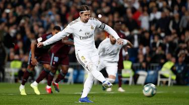 Bek Real Madrid, Sergio Ramos saat mengeksekusi penalti ke gawang Celta Vigo di Santiago Bernabeu