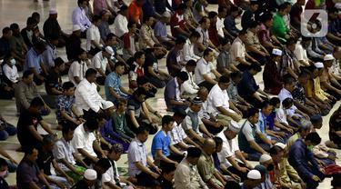 Umat Muslim menunaikan Salat Dhuzur di Masjid Istiqlal, Jakarta, Jumat (20/3/2020). Masjid Istiqlal memutuskan menunda pelaksanaan salat Jumat selama 2 pekan ke depan. Hal itu dilakukan untuk mencegah penyebaran virus Corona (COVID-19) yang semakin masif di DKI Jakarta. (Liputan6.com/Johan Tallo)