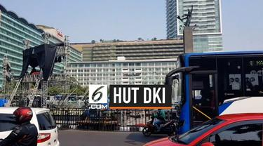 Arus lalu lintas di sekitar bundaran HI, Thamrin, Jakarta terpantau macet seiring dengan pembangunan panggung untuk perayaan HUT DKI.