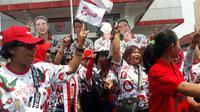 Relawan Gibran menari dan menyanyi di depan Panti Marhaen, Kantor DPD PDI Perjuangan, provinsi Jawa Tengah. (Liputan6.com/Felek Wahyu)