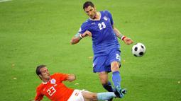 Marco Materazzi. Bek Timnas Italia ini berusia 34 tahun, 9 bulan dan 21 hari saat bermain di fase grup Euro 2008 menghadapi Belanda, 9 Juni 2008. Pada 2016 ia memutuskan pensiun dengan mencatat 41 caps bersama Timnas Italia dengan mencetak 2 gol. (AFP/Fabrice Coffrini)