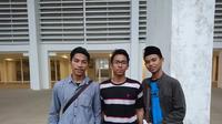 Ketiga suporter Timnas Indonesia dari Jawa Timur, yakni Wildan Alan (kiri), Yusuf Farhan (tengah), dan Azka Nada. (Bola.com/Muhammad Ivan Rida)