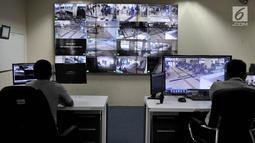 Petugas Dishub memantau aktivitas di Terminal Pulogebang dari ruang monitor CCTV, Jakarta, Kamis (30/5). Sebanyak 64 kamera CCTV dipasang ditiap sudut strategis Terminal guna menjaga keamanan sekaligus meningkatkan kenyamanan pengunjung, terutama saat arus mudik. (Liputan6.com/Iqbal S. Nugroho)