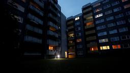 Suasana apartemen tempat lima anak ditemukan tewas di kota Solingen, Jerman barat (3/9/2020). Seorang ibu diduga membunuh lima anaknya (yang berusia satu, dua, tiga, enam dan delapan tahun) sebelum mencoba bunuh diri dengan melompat di depan kereta, kata polisi. (AFP/Leon Kuegeler)