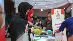Umi Pipik memasak saat acara 'Gerakan Ibu Memberi Lebih', Jakarta, Rabu (24/6/2015). Rencananya kegiatan ini akan digelar secara serentak di 30 kota di Pulau Jawa pada 5 Juli mendatang (Liputan6.com/Faizal Fanani)