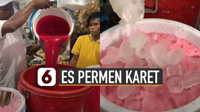 Unik, minuman yang satu ini sedang viral di Surabaya. Mempunyai warna merah muda dan didatangi pembeli cukup banyak.