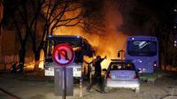 Seorang polisi mengamankan lokasi ledakan bom mobil di Ankara, Turki, Rabu (17/2). Bom yang meledak ketika iring-iringan bus militer tengah lewat tersebut menewaskan 28 orang dan melukai 60 lainnya.  (REUTERS/Mustafa Kirazli/Cihan News Agency TURKEY OUT)